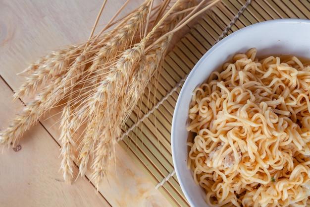 Linea mamma nella tazza e nella ciotola di riso. Foto Gratuite