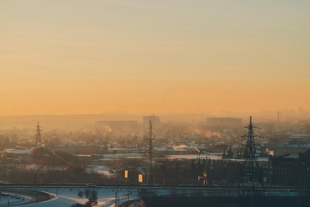 Linee elettriche in città all'alba. Foto Premium