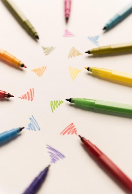 Linee wi-fi disegnate con pennarelli diversi su carta bianca Foto Gratuite