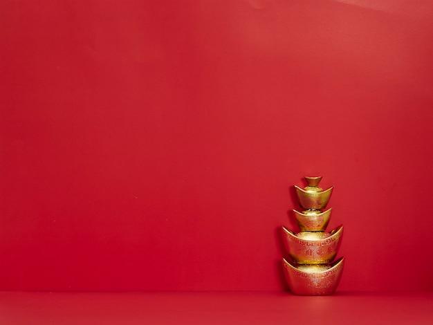 Lingotto cinese dell'oro su rosso Foto Premium