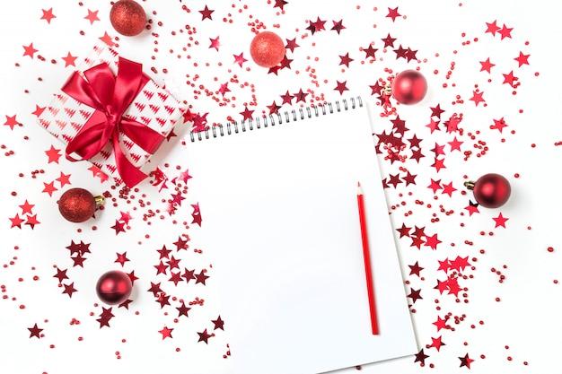 Lista dei desideri per natale e capodanno. nuovo piano per il 2020 e lista delle cose da fare con decorazioni rosse per le vacanze. Foto Premium