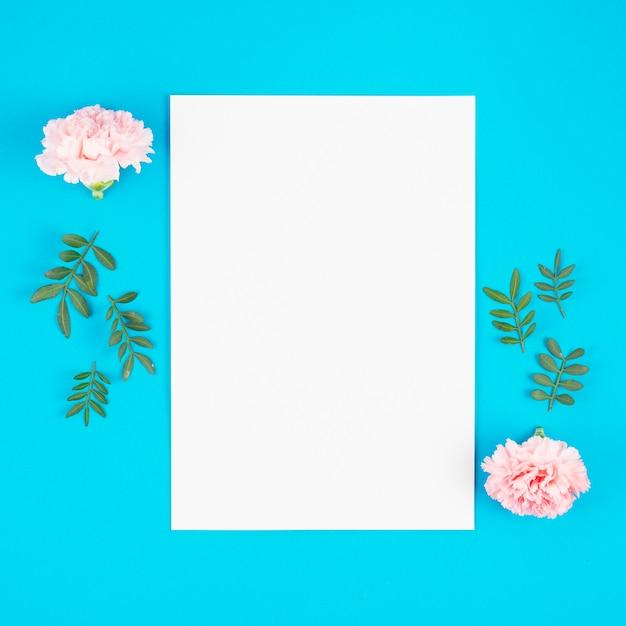 Lista di carta con fiori su sfondo luminoso Foto Gratuite