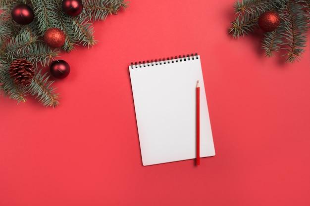 Lista di controllo o invito di natale su colore rosso. vista dall'alto e spazio per il testo. disteso. Foto Premium