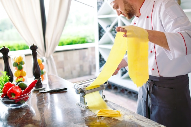 Lo chef prepara la pasta per i visitatori. Foto Premium