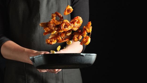 Lo chef professionista prepara gamberi o scampi Foto Premium
