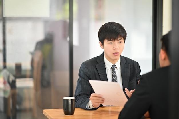 Lo scatto istantaneo con l'uomo d'affari consulta e incontra la conversazione di affari. Foto Premium