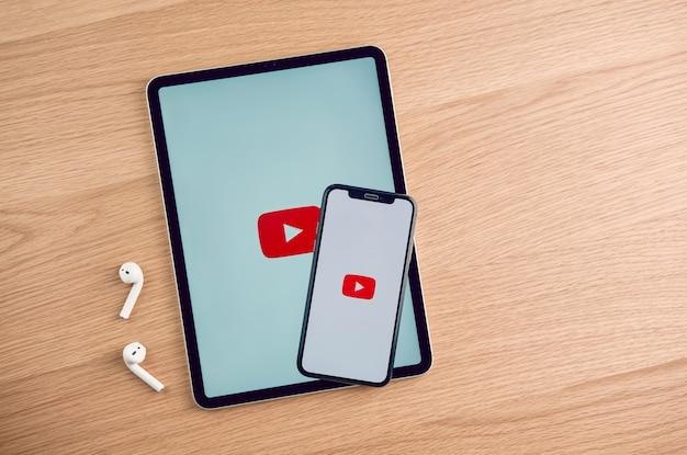 Lo schermo di youtube su apple iphone sul tavolo, youtube è il popolare sito di condivisione di video online. Foto Premium
