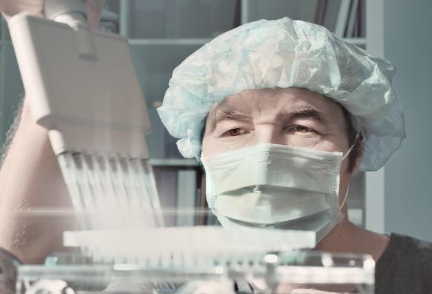 Lo scienziato senior carica i campioni per l'analisi del dna Foto Premium