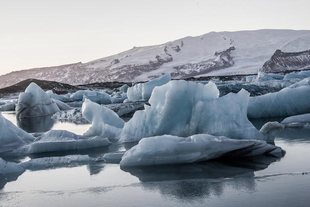 Lo splendido scenario della laguna del ghiacciaio jokulsarlon si riflette nel mare in islanda Foto Gratuite