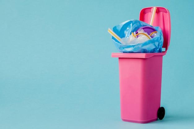 Lo studio ha sparato di grande spazzatura rosa su fondo blu Foto Premium