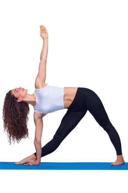 Lo studio ha sparato di una donna adatta dei giovani che fa gli esercizi di yoga. Foto Gratuite