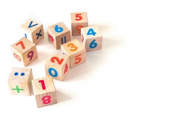 Lo sviluppo di blocchi di legno. giocattoli naturali ed ecologici per bambini. Foto Premium