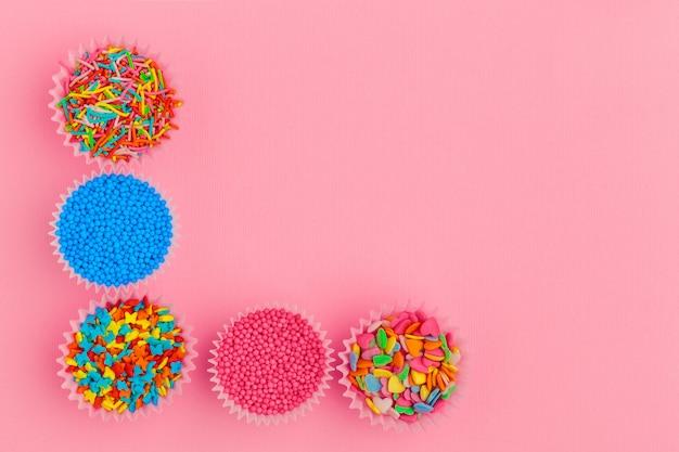 Lo zucchero spruzza su sfondo rosa Foto Premium