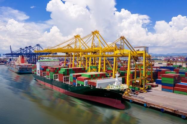 Logistica e trasporto di navi portacontainer Foto Premium