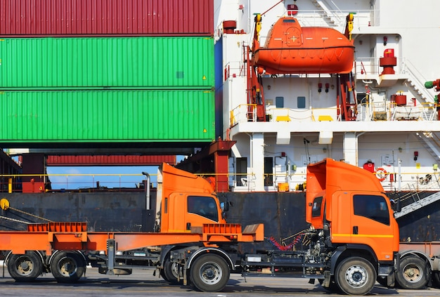 Logistica industriale e trasporto di camion nel cantiere di container per attività di logistica e merci nel porto di spedizione Foto Premium