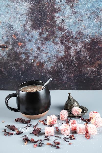 Lokum delizia turca in un piattino metallico con una tazza di caffè Foto Gratuite