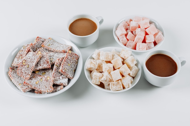 Lokums di delizia turca di vista dell'angolo alto in ciotole, con caffè su fondo bianco. orizzontale Foto Gratuite