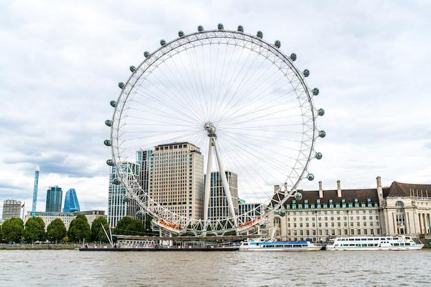 London eye con il tamigi a londra Foto Premium
