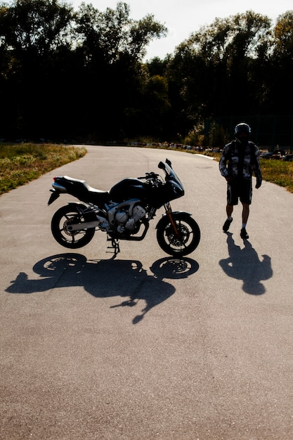 Long shot uomo e moto Foto Gratuite