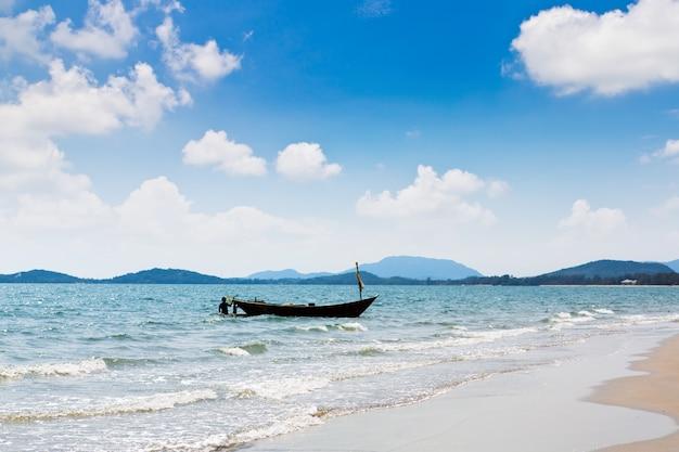 Longtail barca in mare Foto Gratuite