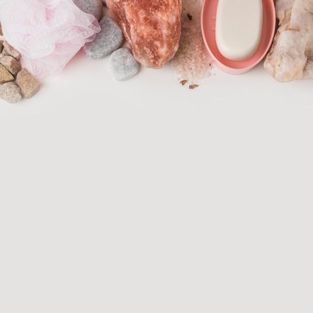 Loofah; pietra termale; salgemma rosa himalayano e sapone su sfondo bianco Foto Gratuite
