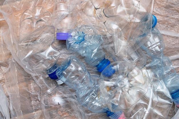 Lotto di inquinamento di bottiglie vuote stropicciate di plastica ricicla il concetto di eco Foto Premium