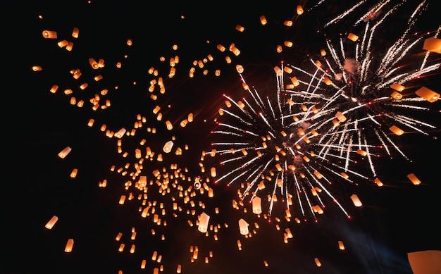 Loy krathong festival, festa di capodanno thailandese con lanterne galleggianti rilascio nel cielo notturno Foto Premium