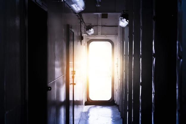 Luce che entra dalla porta aperta in una stanza buia e vuota Foto Premium