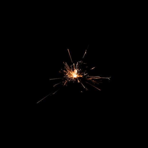 Luce del fuoco d'artificio di angolo basso alla notte sulla festa Foto Gratuite