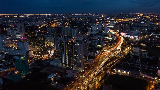 Luce in città, luce di edifici e strade Foto Premium