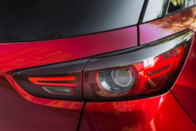 Luce posteriore elegante sulla nuova auto rossa Foto Gratuite