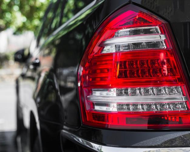 Luce posteriore elegante sulla nuova auto scura Foto Gratuite