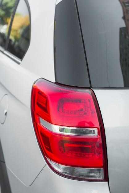 Luce posteriore elegante sulla nuova automobile d'argento Foto Gratuite
