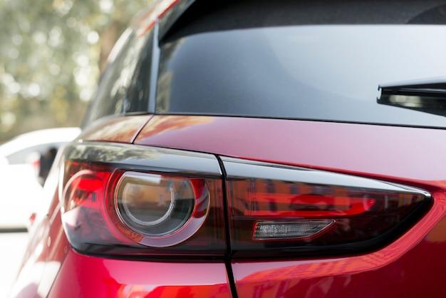 Luce posteriore elegante sulla nuova automobile rossa Foto Gratuite