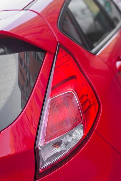 Luce posteriore moderna su auto rossa Foto Gratuite
