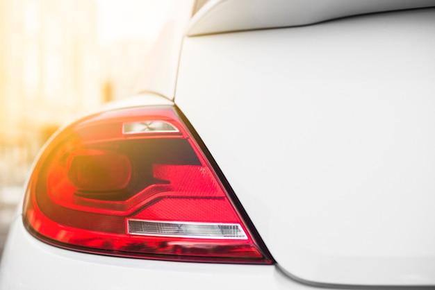 Luce posteriore su auto bianca Foto Gratuite