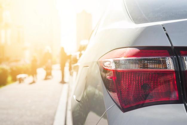 Luce posteriore su auto d'argento su strada Foto Gratuite