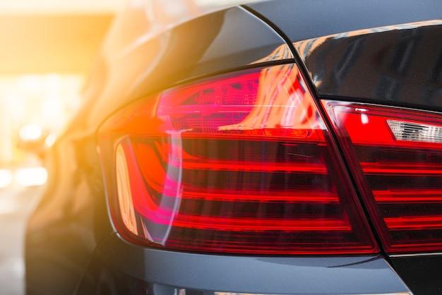 Luce posteriore sulla nuova auto nera Foto Gratuite