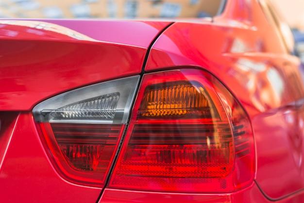 Luce posteriore sulla nuova macchina rossa Foto Gratuite