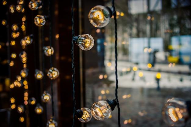 Luce retrò con lampadina vintage come una decorazione della finestra Foto Premium