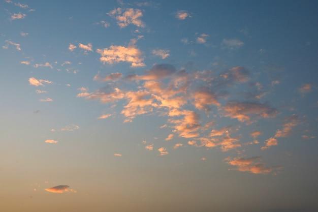 Luce rossa ed arancio sulla nuvola prima del tramonto sul mare alla tailandia Foto Premium