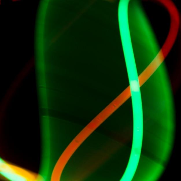 Luci al neon illuminate sullo sfondo scuro Foto Gratuite