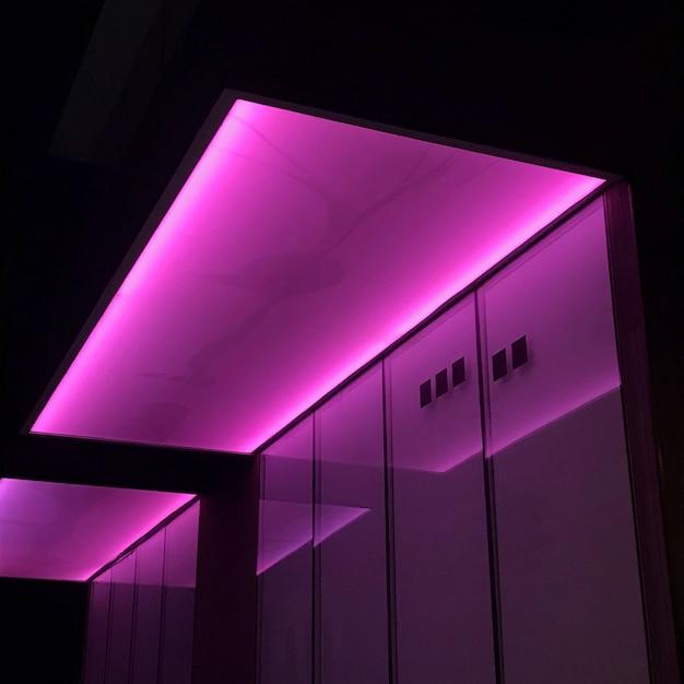 Luci al neon rosa in una stanza Foto Gratuite
