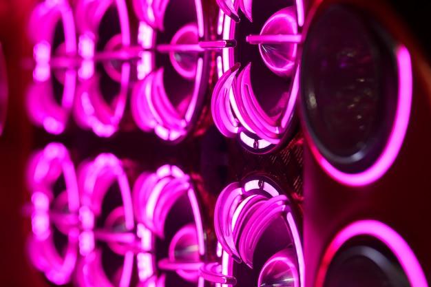 Luci colorate di stereo e altoparlanti decorativi su auto Foto Premium