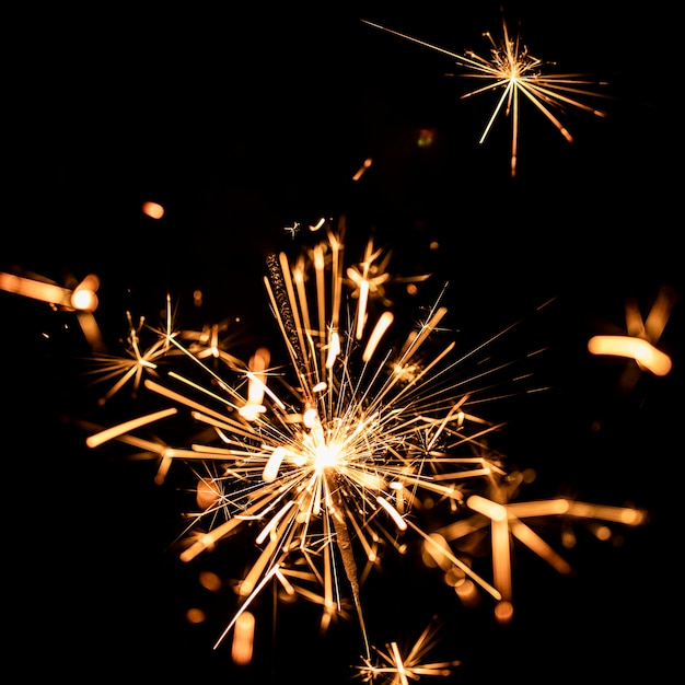 Luci dorate del fuoco d'artificio di angolo basso sul cielo Foto Gratuite