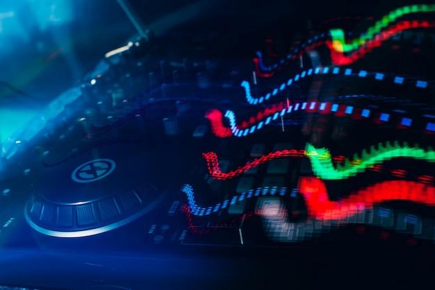 Luci incandescenti dal telecomando della musica del mixer dj Foto Premium