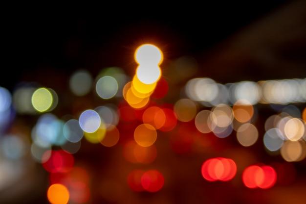 Luci luci sfocate di automobili sulla strada utilizzate come sfondo. Foto Premium