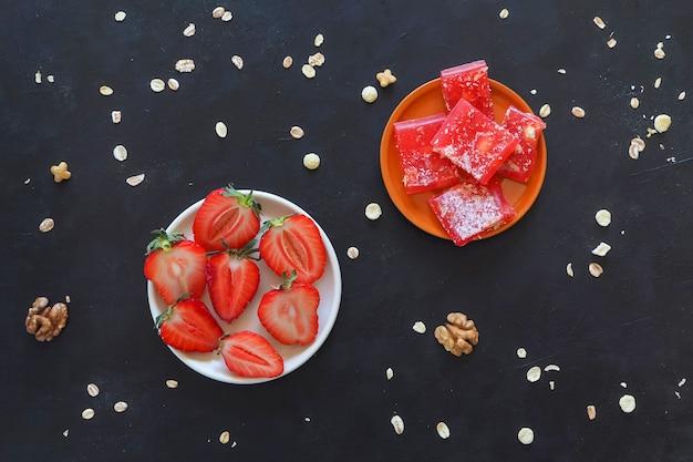 Lukum dalle fragole su una tabella nera. Foto Premium