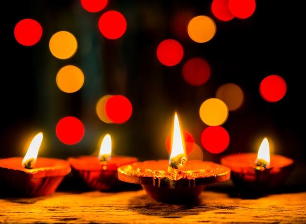 Lume di candela con sfondo scuro e bokeh per il festival diwali. Foto Premium