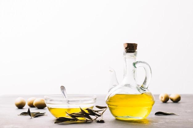 Luminosa bottiglia di olio d'oliva con spazio di copia Foto Gratuite